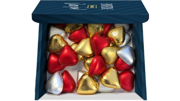 doosje met hartvormige chocolaatjes